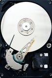 Los internals de la unidad de disco duro del sata del ordenador se cierran para arriba foto de archivo