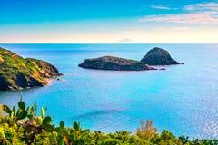 Los islotes de la isla de Elba, de la playa de Innamorata y de los géminis ven Capoliveri Imagenes de archivo