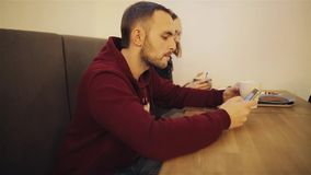 Los jóvenes agujerearon pares con el smartphone que se sentaba en café almacen de video