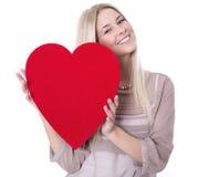 Los jóvenes aislaron a la mujer con un corazón rojo para la tarjeta del día de San Valentín. Imagenes de archivo