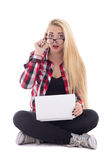 Los jóvenes asombraron a la mujer del blondie que se sentaba con el ordenador portátil aislado en w Fotos de archivo libres de regalías
