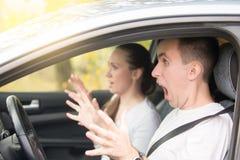 Los jóvenes asustaron el conductor del hombre y a un pasajero de la mujer Imagen de archivo