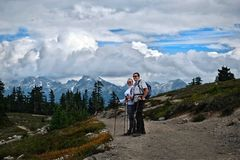 Los jóvenes casados juntan caminar cerca de Vancouver fotos de archivo libres de regalías