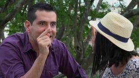 Los jóvenes casados juntan la discusión almacen de video