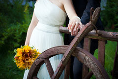 Los jóvenes casados juntan llevar a cabo las manos Imagen de archivo libre de regalías