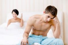 Los jóvenes casados se juntan discuten en cama Imágenes de archivo libres de regalías