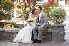 Los jóvenes casados se juntan en el jardín Fotos de archivo libres de regalías