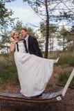 Los jóvenes casados se juntan son frívolos en un oscilación grande Fotografía de archivo libre de regalías