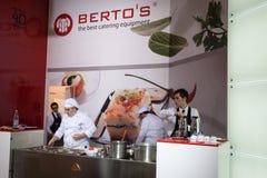 Los jóvenes cocinan en el anfitrión 2013 en Milán, Italia Imágenes de archivo libres de regalías