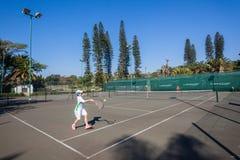 Los jóvenes de la acción del tenis escogen jugar Fotos de archivo