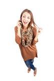 Los jóvenes de risa forman la belleza que habla en el teléfono móvil Fotos de archivo libres de regalías