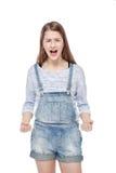 Los jóvenes enojados forman a la muchacha en el griterío de los guardapolvos de los vaqueros aislado Fotografía de archivo libre de regalías