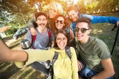 Los jóvenes equipan hacen el selfie en naturaleza Foto de archivo libre de regalías