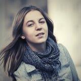 Los jóvenes felices forman a la muchacha que camina en calle de la ciudad Fotos de archivo libres de regalías