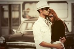 Los jóvenes felices forman pares en el amor que abraza en calle de la ciudad foto de archivo