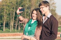 Los jóvenes forman al inconformista elegante que los pares toman un selfie Foto de archivo