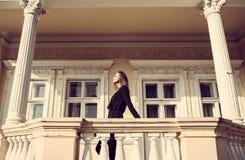 Los jóvenes forman a mujer bonita otoño al aire libre retrato soleado imagen de archivo