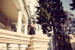 Los jóvenes forman a mujer bonita otoño al aire libre retrato soleado fotografía de archivo libre de regalías
