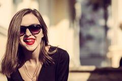 Los jóvenes forman a mujer bonita otoño al aire libre retrato soleado foto de archivo