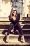 Los jóvenes forman a mujer bonita otoño al aire libre retrato soleado fotos de archivo