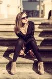 Los jóvenes forman a mujer bonita otoño al aire libre retrato soleado fotos de archivo libres de regalías