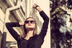 Los jóvenes forman a mujer bonita otoño al aire libre retrato soleado foto de archivo libre de regalías