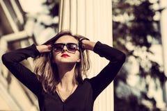 Los jóvenes forman a mujer bonita otoño al aire libre retrato soleado imagenes de archivo
