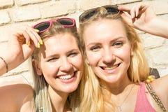 Los jóvenes forman a mujeres felices las muchachas que toman el selfie del verano Foto de archivo