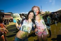 Los jóvenes, gente adornada participan en el festival de Holi de colores en Vladivostok fotografía de archivo