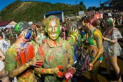 Los jóvenes, gente adornada participan en el festival de Holi de colores en Vladivostok imágenes de archivo libres de regalías