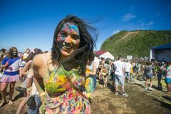 Los jóvenes, gente adornada participan en el festival de Holi de colores en Vladivostok imagen de archivo