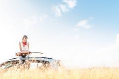 Los jóvenes liberan a la mujer del músico al aire libre en el cielo azul Fotos de archivo