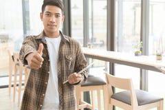 Los jóvenes motivados acertados comienzan para arriba al hombre del empresario a llevar a cabo la etiqueta Fotografía de archivo