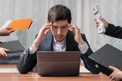 Los jóvenes piensan y el hombre de negocios ocupado de pensamiento está trabajando con el ordenador imagenes de archivo