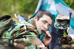 Los jóvenes reclutan con el rifle óptico en bosque Fotos de archivo
