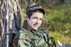 Los jóvenes reclutan en bosque Fotos de archivo