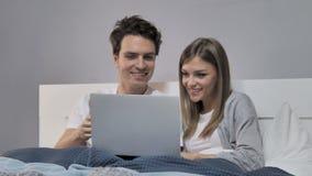 Los jóvenes se juntan en la cama que reacciona a las malas noticias metrajes