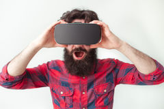 Los jóvenes sorprendentes sirven las auriculares de VR que llevan Foto de archivo