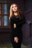 Los jóvenes tristes forman a la mujer en vestido negro en la calle de la ciudad de la noche Foto de archivo