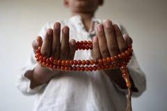 Los j?venes de los musulmanes ruegan para dios el Ramad?n con esperanza y el perd?n, Islam es una creencia para el rezo de cinco  imagenes de archivo