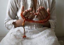 Los j?venes de los musulmanes ruegan para dios el Ramad?n con esperanza y el perd?n, Islam es una creencia para el rezo de cinco  imágenes de archivo libres de regalías