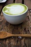 Los japoneses beben, taza del Latte del cha de la estera de té verde Imagenes de archivo