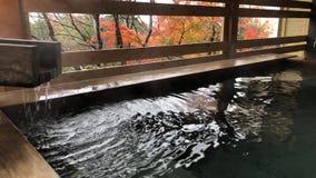 Los japoneses onsen el baño de las aguas termales en la ciudad de Kaga, Japón almacen de metraje de vídeo