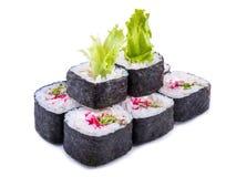 Los japoneses ruedan con la ensalada y el masago rojo del caviar aislados en blanco Imágenes de archivo libres de regalías