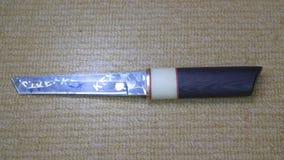 Los japoneses tradicionales de acero agudos ponen en cortocircuito la espada con el reflejo de luz metrajes