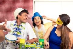 Los jaraneros están hablando en tabla El grupo de amigos celebra el Ca Fotografía de archivo libre de regalías