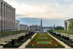 los jardines de los artes del DES de Mont y campanario ayuntamiento, Bruselas, imagen de archivo