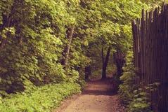 Los jardines del paisaje adyacente al bosque Fotografía de archivo