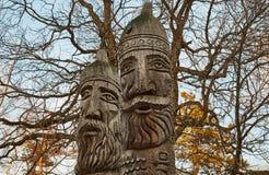 Los jefes de ídolos en la madera Fotografía de archivo libre de regalías