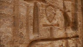 Los jeroglíficos egipcios se cierran encima de ankh del símbolo de la vida metrajes